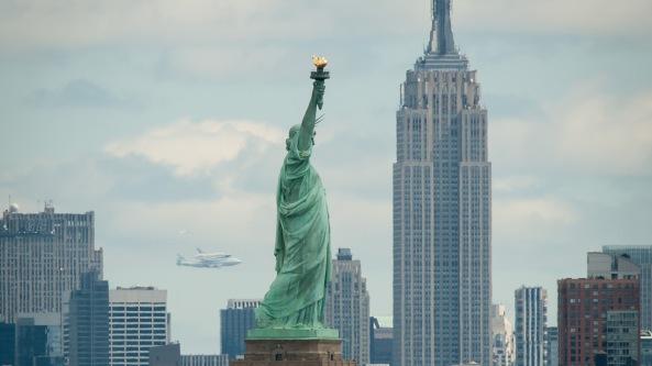 El Enterprise sobre la estatua de la Libertad, Nueva York
