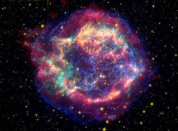 Imagen compuesta de los remanentes de la supernova Cassiopea-A donde fueron identificados materiales como los silicatos.